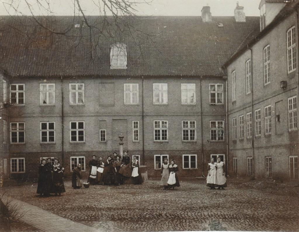 Gården til Søstrehuset, Christiansfeld, ca. 1915-1920.